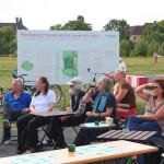Publikum bei der Einweihung der Solarmodule am Wissenscontainer von basis.wissen.schafft, dem Pionierprojekt auf dem Tempelhofer Feld in Berlin