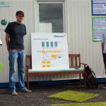 Ludwig Schneider und Marco Will von einleuchtend e.V. erklären die Solarmodule