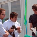 Marco Will und Ludwig Schneider (einleuchtend e.V.) erklären Tobias Zwirner, dem Geschäftsführer der Phaesun GmbH, die mobile Solarsoundanlage