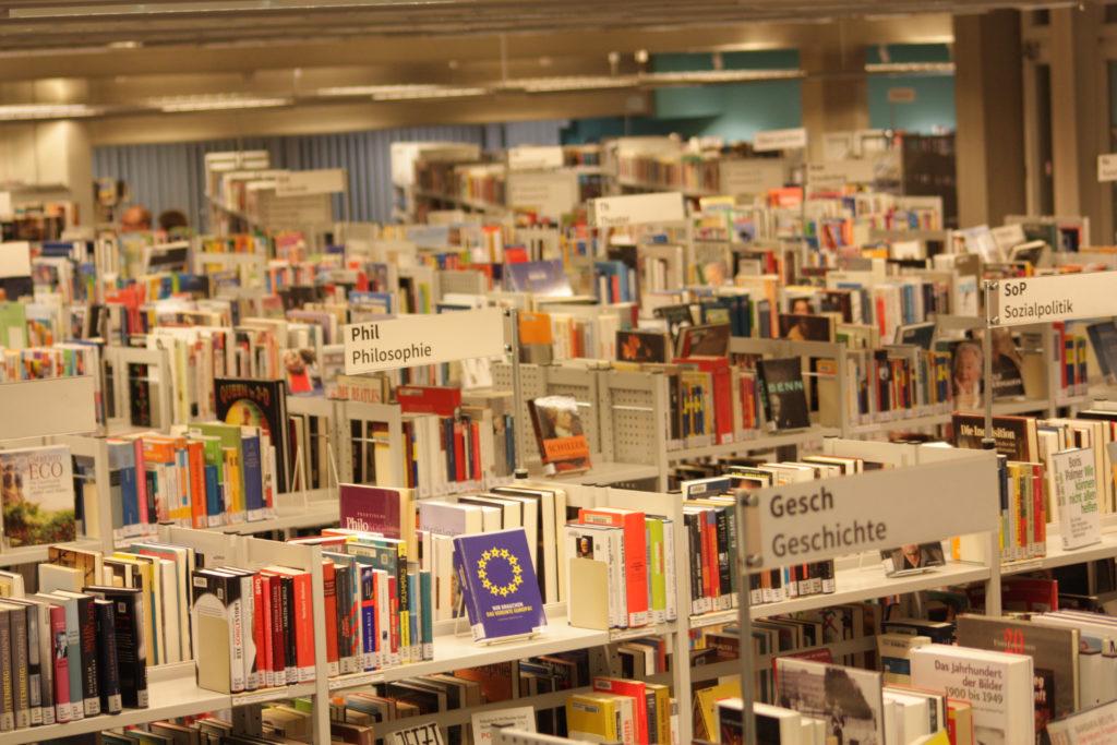 Blick in die Bezirksbibliothek im Eva-Maria-Buch-Haus in Tempelhof ©K. Schwahlen